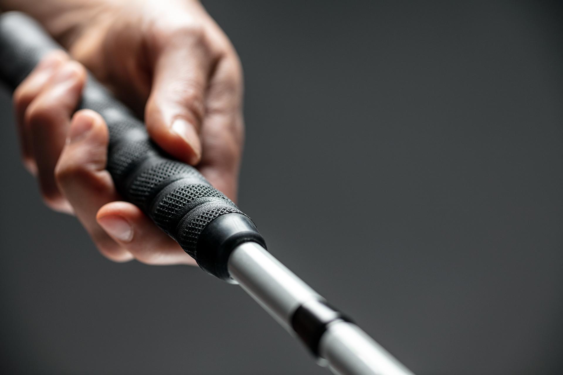 Mano de una persona ciega agarrando su bastón