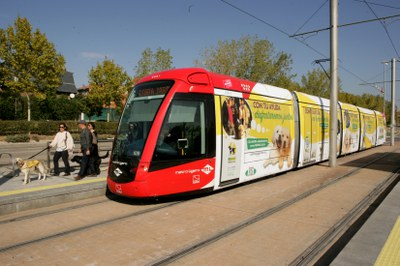 Convoy Metro Ligero rotulado con imagen del perro guía