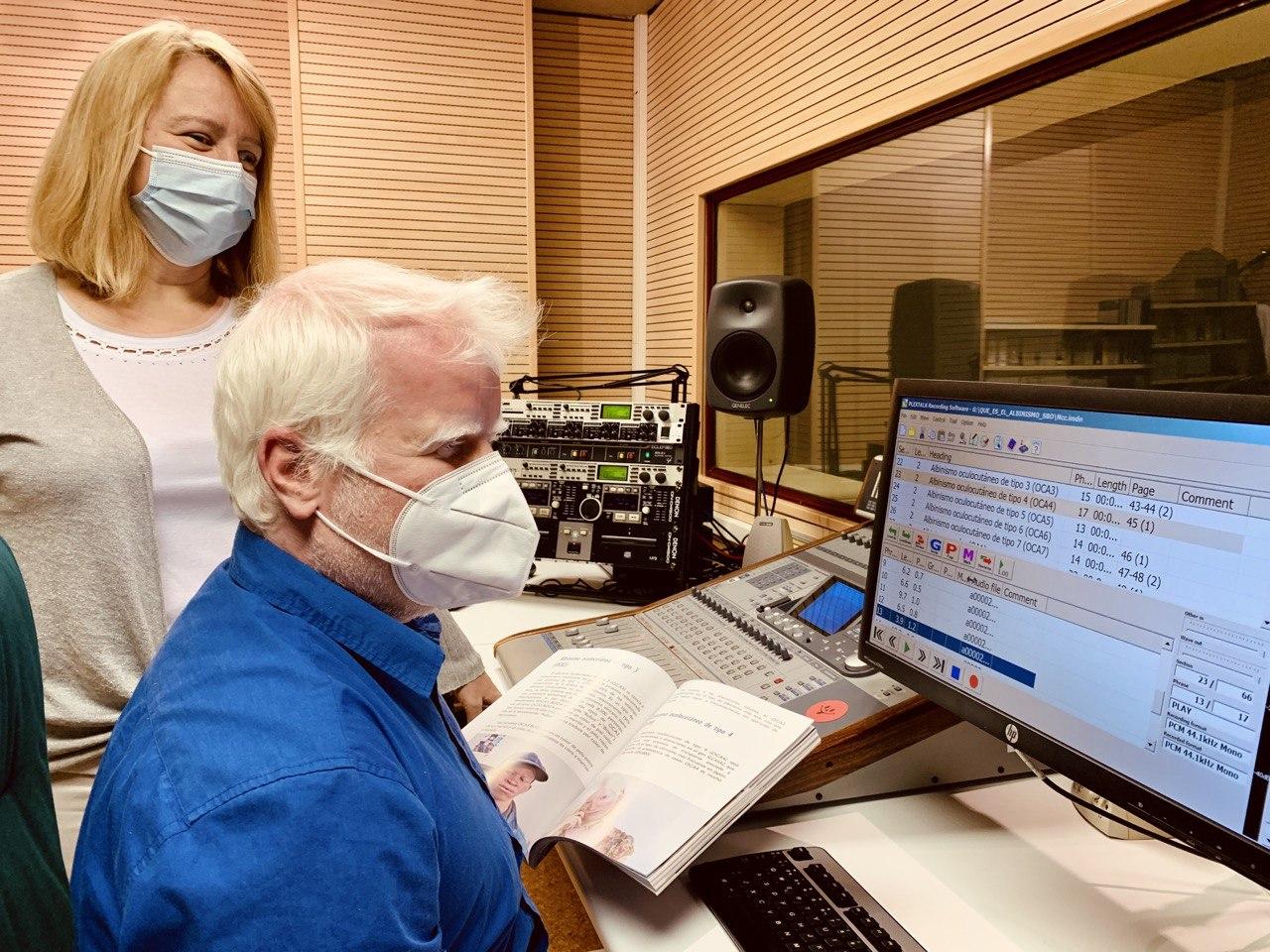 Juan Rodríguez, técnico del SBO, y Carmen Bayarri trabajando en el audiolibro
