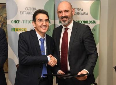 Andrés Ramos y Juan Goyache se dan la mano tras la firma del convenio