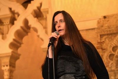 Robin Dee en plena actuación durante la presentación de la Bienal
