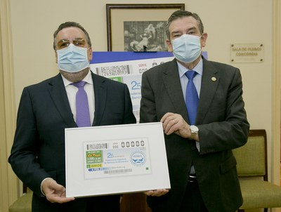 Los presidentes de ambas entidades con la lámina del cupón dedicado a la FESBAL