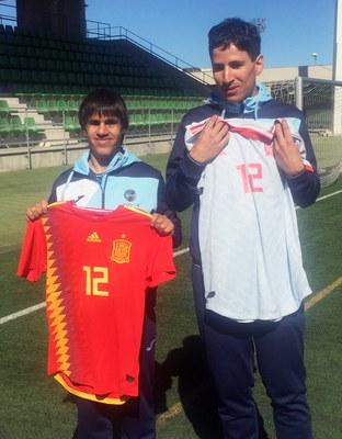 Vicente Aguilar y Adolfo Acosta con las camisetas de La Roja