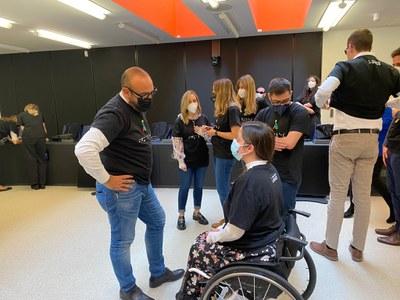 Jóvenes con discapacidad españoles charlan con el eurodiputado Jordi Cañas
