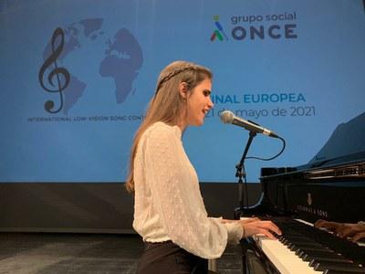 Laura canta en la presentación de su tema