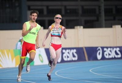La atleta con discapacidad visual Melany Bergés junto a su guía