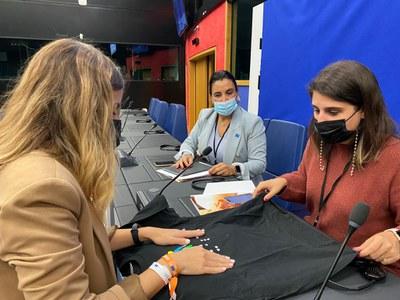 Mónica Silvana junto a dos de los jóvenes españoles con discapacidad
