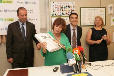 Rosa Montero recibiendo una obra suya en braille