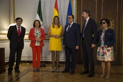 Susana Díaz y Miguel Carballeda, en el centro, junto a M José Sánchez Rubio, Alberto Durán, Isabel Viruet y Cristóbal Martínez