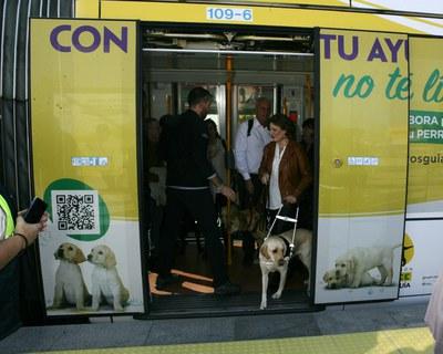 Usuaria de perro guía saliendo del Metro Ligero