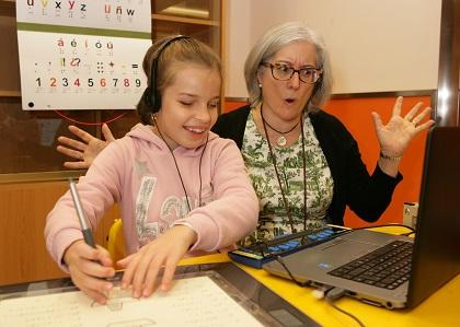 Alumna con maestra de apoyo