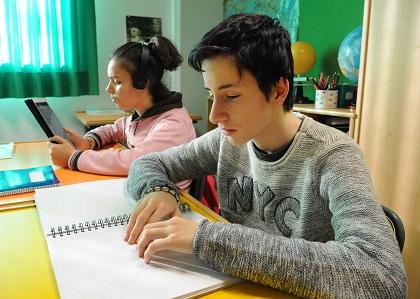 Alumnos leyendo en braille