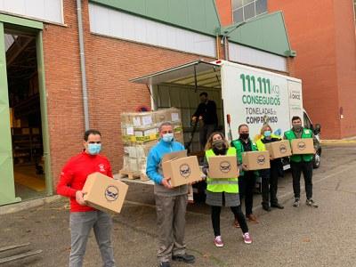 Voluntarios del Grupo Social ONCE cargando el camión con los kilos de alimentos en Madrid