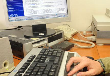 Usuario accedendo á Biblioteca dixital a través do ordenador