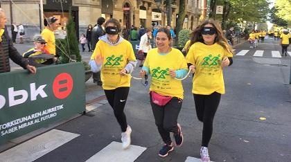 Varios corredores con antifaz participando en la Carrera de Cascabeles