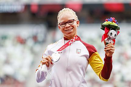 Adiaratou Iglesias con la medalla de plata conquistada en los 400 metros