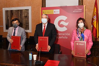 Foto de familia de la firma del acuerdo entre Grupo Social ONCE y AECID