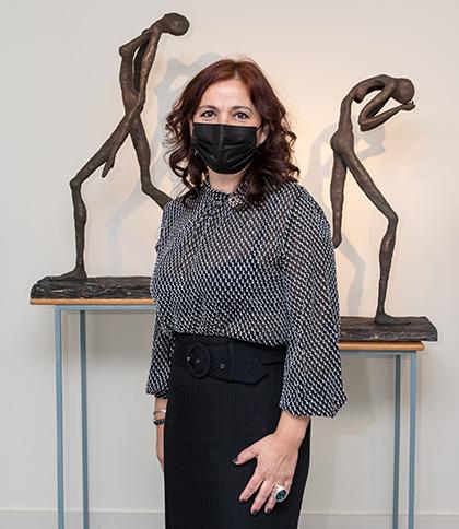 Alicia Rubio, ante dos de las obras que expone en el Museo Tiflológico