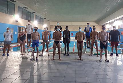 Jóvenes nadadores ciegos en la piscina