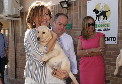 La consejera posa con un cachorro en brazos