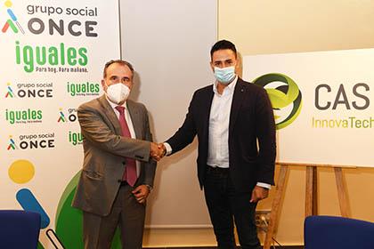 Luis Natalio Royo y Luis Fernández estrechan sus manos tras la firma del convenio