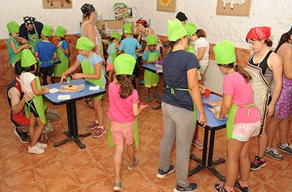 Los chavales participando en el concurso de cocina celebrado en el campamento de Madrid de 2018