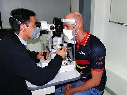 Iván Salguero siendo valorado en la Facultad de Óptica