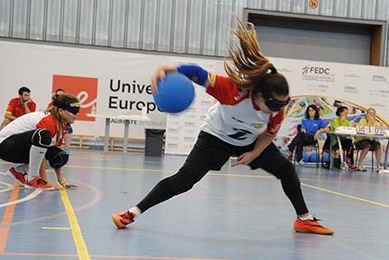 Jugadora de la selección femenina realizando un lanzamiento