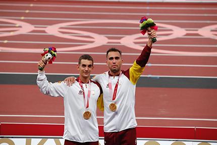 Gerard Descarrega y Guillermo Rojo en el podium con la medalla de oro
