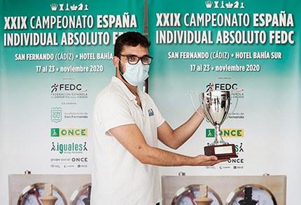 Eduardo Méndez con la copa de campeón