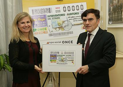 Alberto Durán entrega a Virginia Pérez Alegre una copia enmarcada de este cupón