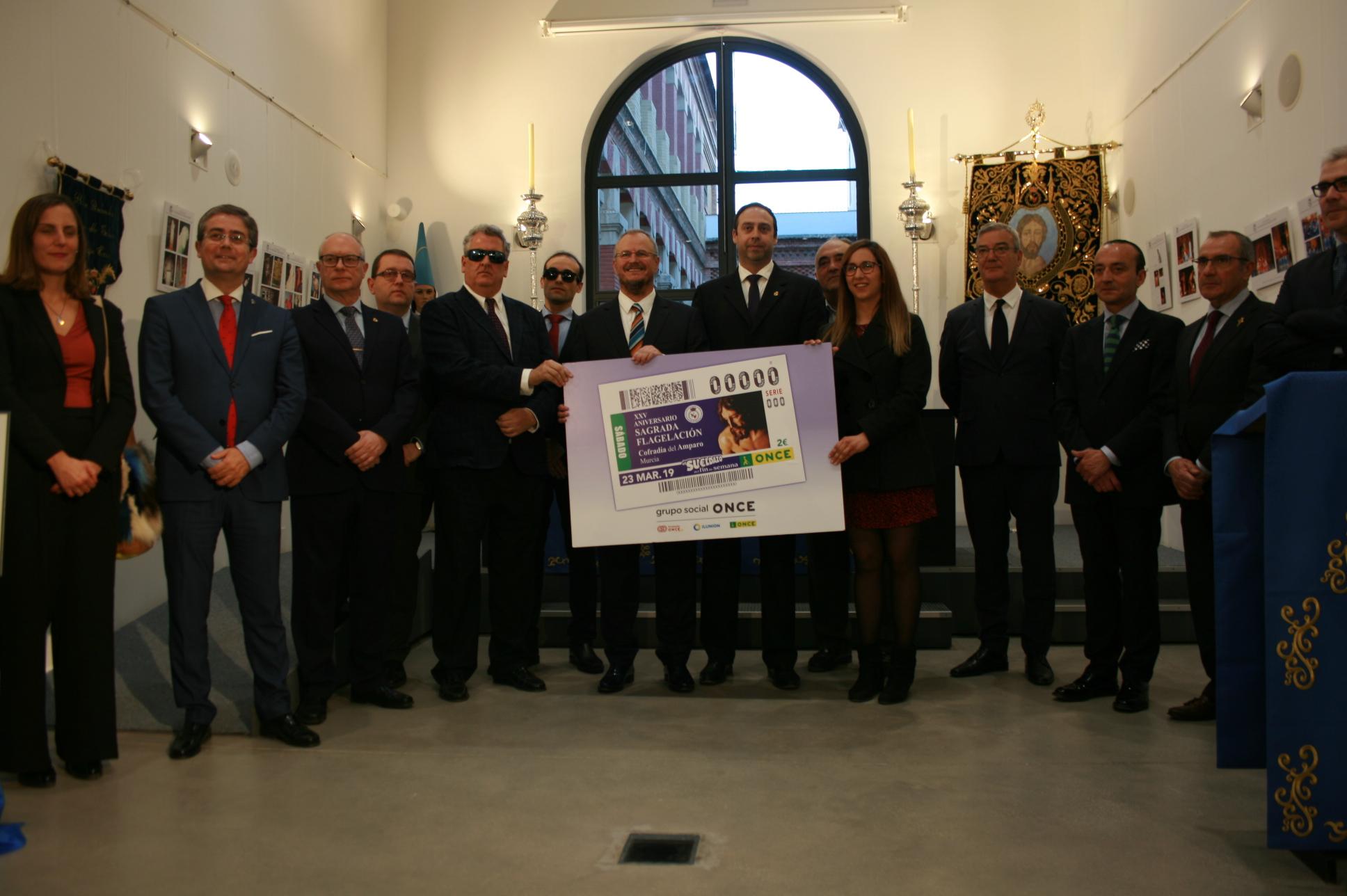 Foto de familia de la presentación del cupón de la ONCE dedicado al 25 aniversario de la Sagrada Flagelación Cofradía del Amparo