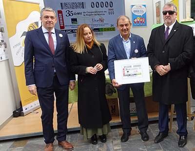 Foto familia presentación cupón del 35 aniversario del cooperativismo en la Región de Murcia