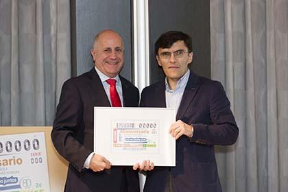 José Luis Aedo Cuevas y Alberto Durán, con una copia enmarcada de este cupón