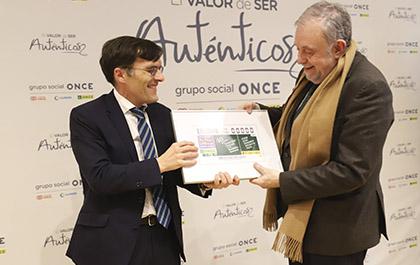 Alberto Durán entrega el cupón a Octavio Granado