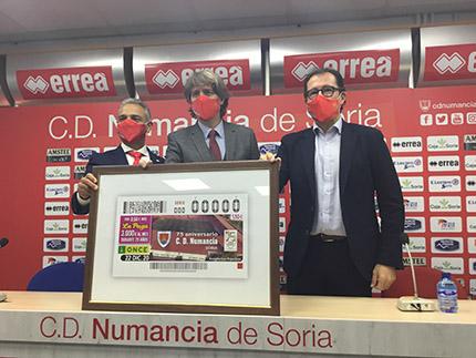 Foto familia en sala de prensa del Estadio Los Pajaritos