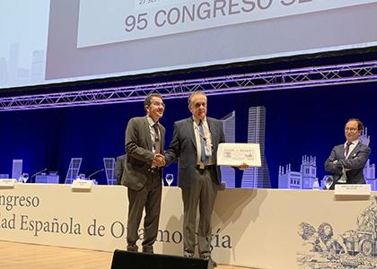 Andrés Ramos entrega a José Luis Encinas Martín una copia enmarcada de este cupón