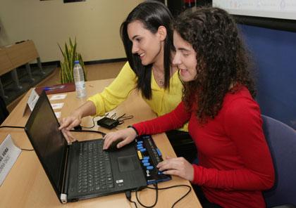 Dos alumnas ciegas trabajan delante en el ordenador con Edico