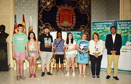 El alcalde de Alicante posa junto a la representación de estudiantes y la vicepresidenta de la ONCE