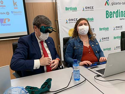 El alcalde de Bilbao, durante la navegación a ciegas, junto a una afiliada de la ONCE
