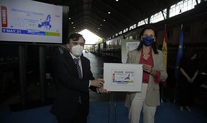 Alberto Durán entrega a María Andrés una copia enmarcada de este cupón