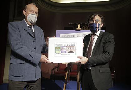 Juan Armindo Hernández (izquierda) y Alberto Durán, con una copia enmarcada del cupón