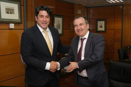 El alcalde de Alcorcón y el delegado territorial estrechan la mano tras la firma del Protocolo de Actuación