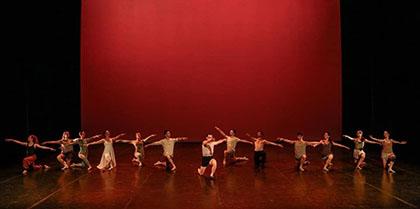 Todo el grupo de ballet sobre el escenario con Teo Marco en el centro