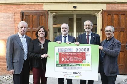 Xabier Alkorta, Arantza Cuesta, Juan Carlos Andueza, Iñaki Dorronsoro, Miguel Ángel Aizpurua, con una copia del cupón de la ONCE