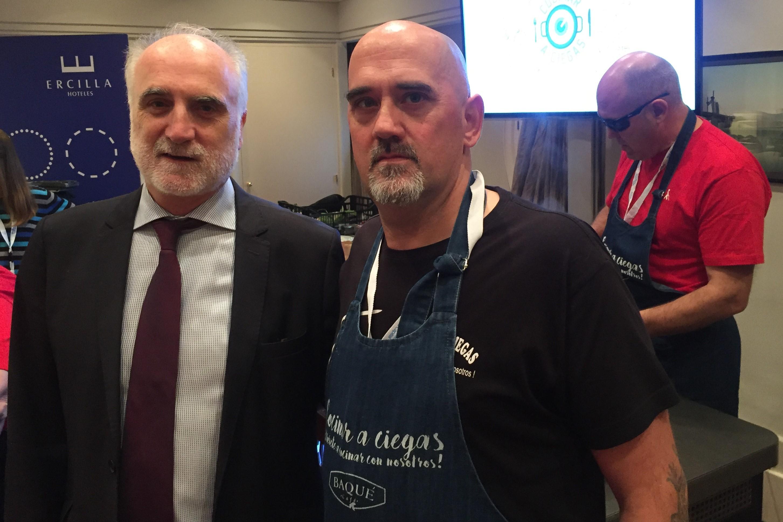 Juan Carlos Andueza y  el chef Ángel Palacios y tras ellos una persona ciega durante el taller de cocina