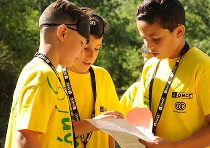 Tres jóvenes estudiantes trabajan juntos en el concurso escolar del Grupo Social ONCE