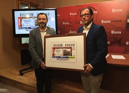 Javier Muñoz e Ismael Pérez presentan el cupón dedicado al Palacio de la Audiencia