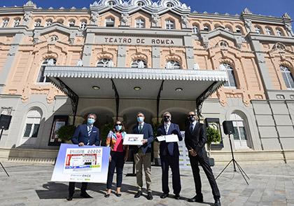 Foto de familia de la presentación del cupón dedicado al Teatro Romea, de Murcia