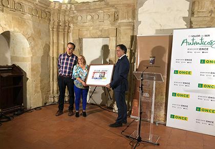 Carlos García Carbayo, alcalde de  Salamanca, y Mª Ángeles Ruano García, directora de la ONCE en Salamanca, presentan el cupón del Teatro Liceo